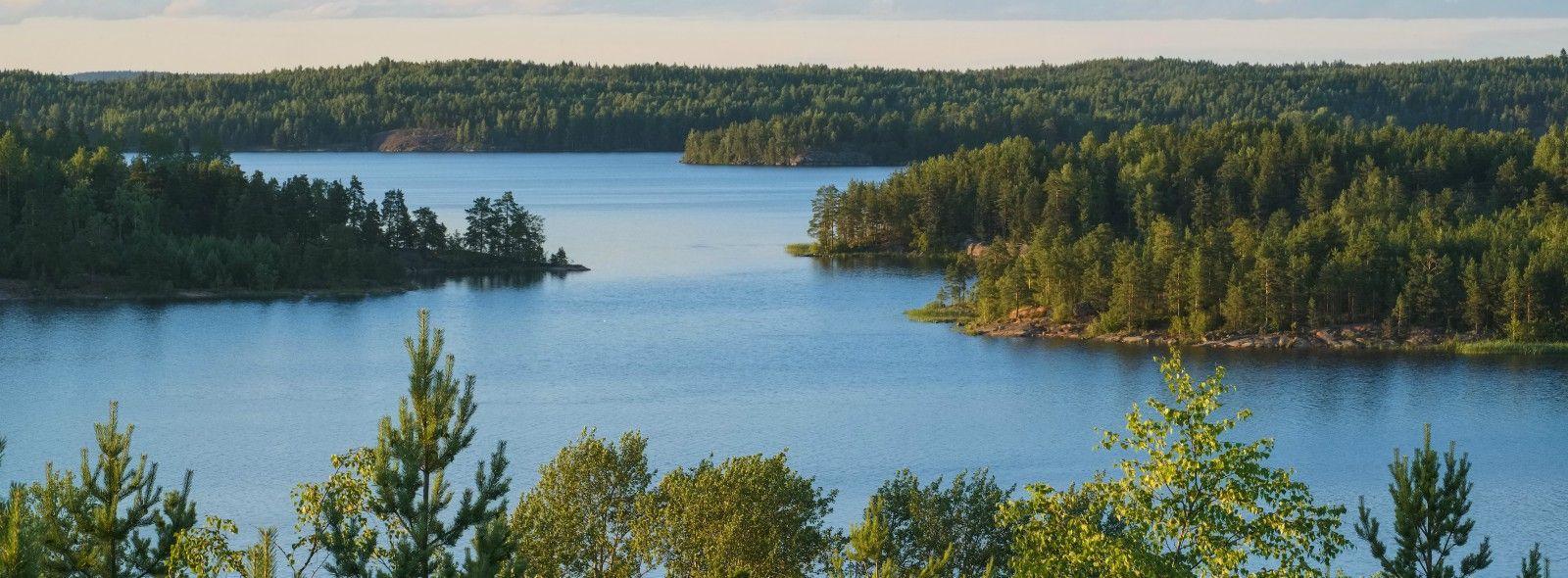 Quale lago si trova presso San Pietroburgo?