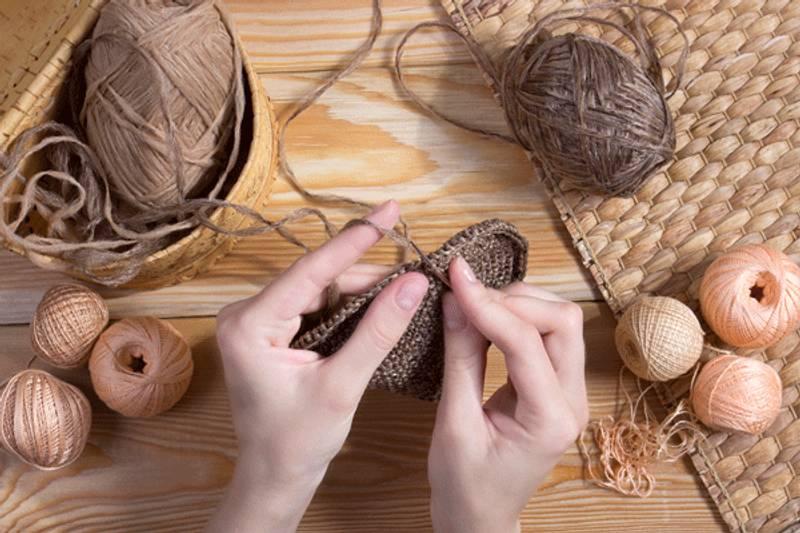 lavorare la lana con le mani con l'arm knitting