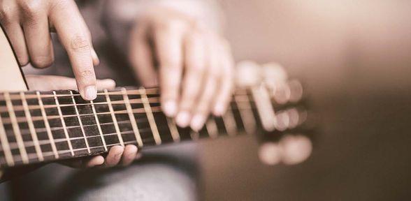 Qual è la differenza tra chitarra classica e acustica